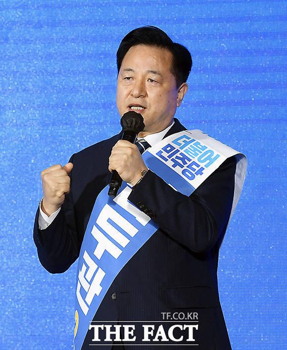 김두관 후보는 수도권에 집중된 자원을 과감히 지방으로 분산해 지방의 인프라와 경쟁력을 키워야만 집값, 부동산 문제를 해결할 수 있다며 지지를 호소했다.