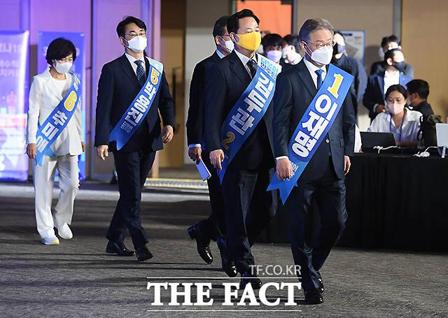 더불어민주당 대선 후보 선출을 위한 광주·전남 합동연설회가 25일 오후 광주 서구 김대중컨벤션센터에서 열린 가운데, 후보들이 입장하고 있다.