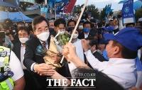 '호남 승리' 지지자들과 인사 나누는 이낙연 [TF사진관]