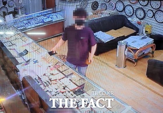 배달 음식 시킨 고객 신용카드 불법 복제 일당 검거