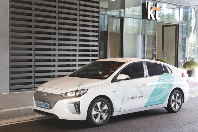 KT가 업무용 전기차 1000대의 외부 랩핑 디자인을 전면 변경한다. 사진은 새로 적용되는 KT 업무용 전기차량의 모습. /KT 제공