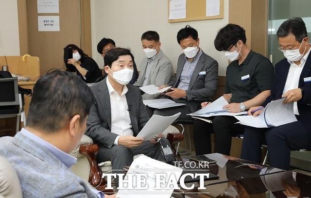 대전시교육청이 학급당 28명이 넘는 과밀학급의 숫자를 단계적으로 감축하겠다고 밝혔다. 김선용 행정국장이 브리핑을 진행하고 있는 모습. / 대전교육청 제공