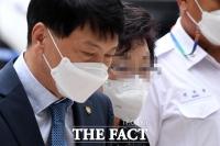 '요양급여 불법 수급' 석방 후 첫 재판 출석하는 윤석열 장모 [TF사진관]