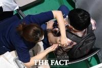 역대 두 번째 많은 신규 확진자…분주한 백신접종센터 [TF사진관]