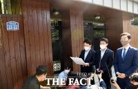더불어민주당, 김만배 누나 구입한 '윤석열 부친 주택' 현장 방문 [TF사진관]