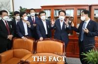 '특검 거부하는 자 vs 돈 받은 자' 대장동 의혹 여야 대치…기재부 국정감사 파행 [TF사진관]
