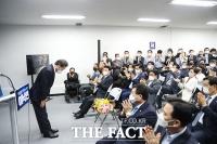 '필연 캠프'와 작별인사하는 이낙연 [TF사진관]