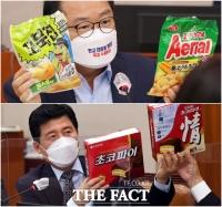 국정감사 등장한 '오리온 꼬북칩'…재작년 초코파이 이어 미투 제품 지적 [TF사진관]