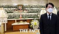 안철수 대표, 고 이완구 전 국무총리 빈소 방문 [TF사진관]
