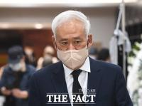 고 이완구 전 총리 조문 마친 홍성열 회장 [TF사진관]
