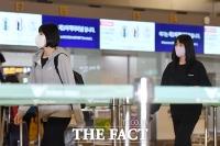 출국 수속 위해 카운터 이동하는 쌍둥이 자매 [포토]