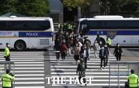 차벽 사이로 걷는 시민들 [포토]
