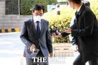 법원 출석하는 유시민 전 노무현재단 이사장 [포토]
