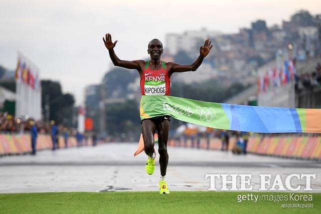 나이키 기술 도핑 논란. 세계적 스포츠 브랜드 나이키가 기술 도핑 논란에 휩싸인 가운데 리우올림픽 금메달리스트 케냐 출시 데니스 킵케초가 기술 도핑에 휩싸였다. /게티이미지 제공
