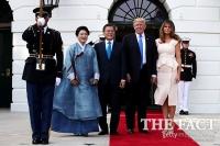 [TF사진관] 문재인-트럼프 역사적인 첫 만남…악수는 '정상적'