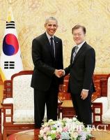 [TF포토] 오바마 전 대통령과 악수 나누는 문재인 대통령