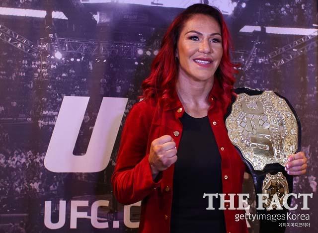 사이보그 상종가. UFC 여자부 페더급 챔피언 사이보그(왼쪽)가 P4P 랭킹 9위에 올랐다. /게티이미지