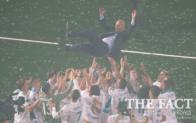 약 2년 반 시즌 동안 지단 감독은 유럽축구연맹 챔피언스리그 3연패를 포함해 9개의 트로피를 레알 마드리드의 품에 안기는 전무후무한 업적을 세웠다. /게티이미지코리아