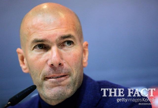 지단, 레알 마드리드 감독 사임. 지네딘 지단 레알 마드리드 감독이 지난달 31일 긴급 기자회견을 열고 공식 사퇴를 선언했다. /게티이미지코리아