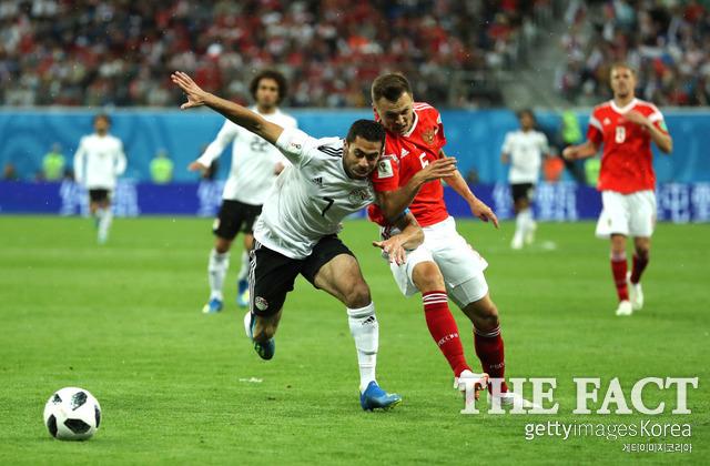러시아-이집트 경기에서 선수들이 공을 두고 몸싸움을 벌이고 있다. /상트페테르부르크(러시아)=게티이미지