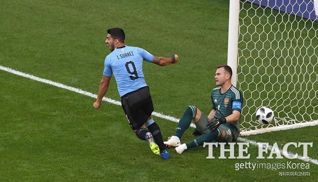 루이스 수아레스(왼쪽)가 우루과이의 득점을 확인한 후 기뻐하고 있다. /러시아=게티이미지