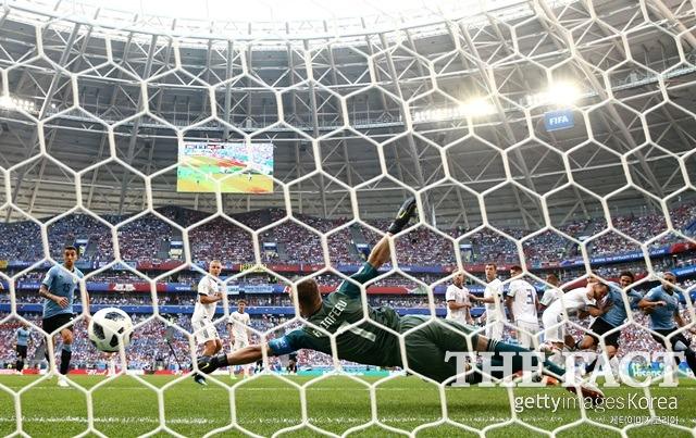 이르고 아킨폐예프(사진) 러시아 골키퍼가 루이스 루아레스의 프리킥을 막기 위해 몸을 던지고 있다. /러시아=게티이미지