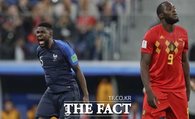 프랑스의 중앙수비수 움티티(왼쪽)가 벨기에와 준결승전에서 결승골을 터뜨리며 날아올랐다. /상트페테르부르크(러시아)=AP.러시아