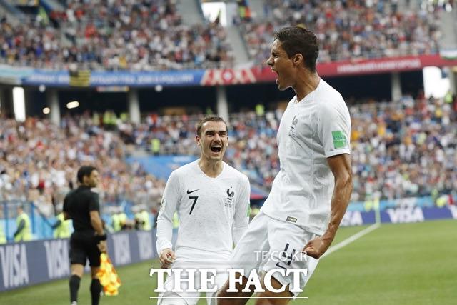 프랑스는 우루과이와 8강전에서 바란(오른쪽)의 결승골을 등에 업고 2-0으로 승리했다. /사진=AP.뉴시스
