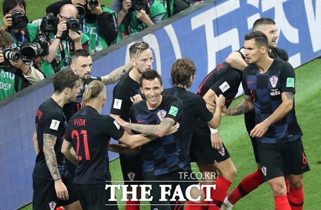 잉글랜드-크로아티아 중계, 1-1로 정규시간 종료. 잉글랜드-크로아티아 경기가 연장전으로 연결됐다. 후반 26분 페리시치의 동점골이 터진 후 기뻐하는 크로아티아 선수들. /모스크바=신화.뉴시스