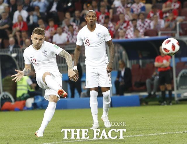 잉글랜드-크로아티아 중계, 전반전 종료. 잉글랜드-크로아티아의 2018 러시아 월드컵 준결승전에서 잉글랜드가 전반전을 1-0으로 앞선 채 마쳤다. 잉글랜드-크로아티아 경기에서 전반 5분 프리킥으로 선제골을 터뜨리고 있는 트리피어(왼쪽). /모스크바=AP.뉴시스