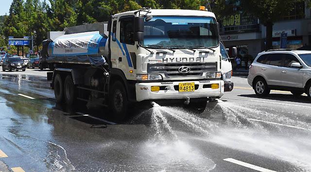 전국적으로 폭염경보가 발효된 1일 오후 대전 유성구의 한 도로에 살수차가 물을 뿌리며 지나가고 있다./대전=뉴시스