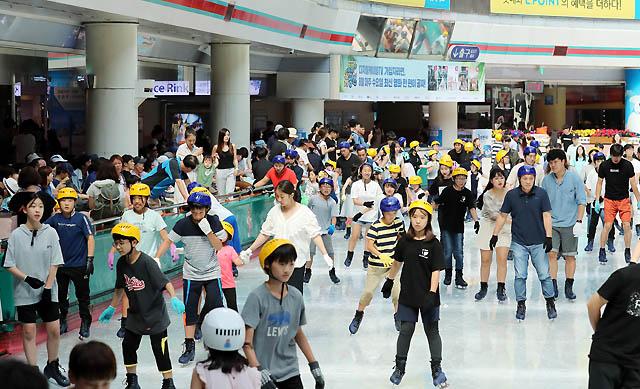 【서울의 낮 최고기온이 39도 가까이 올라 기상 관측 이래 111년 만에 가장 더운 날씨를 보인 1일 오후 서울 송파구 롯데월드 아이스링크에서 시민들이 더위를 피하며 스케이트를 즐기고 있다./서울=뉴시스