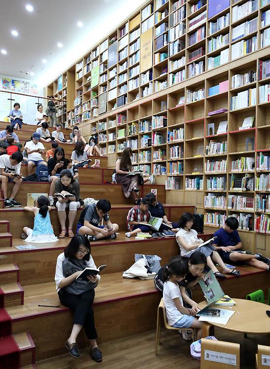 서울과 전국 대부분 지역에 폭염경보가 이어지고 있는 31일 오후 서울 중구 서울도서관에서 시민들이 책을 읽으며 더위를 피하고 있다./서울=뉴시스