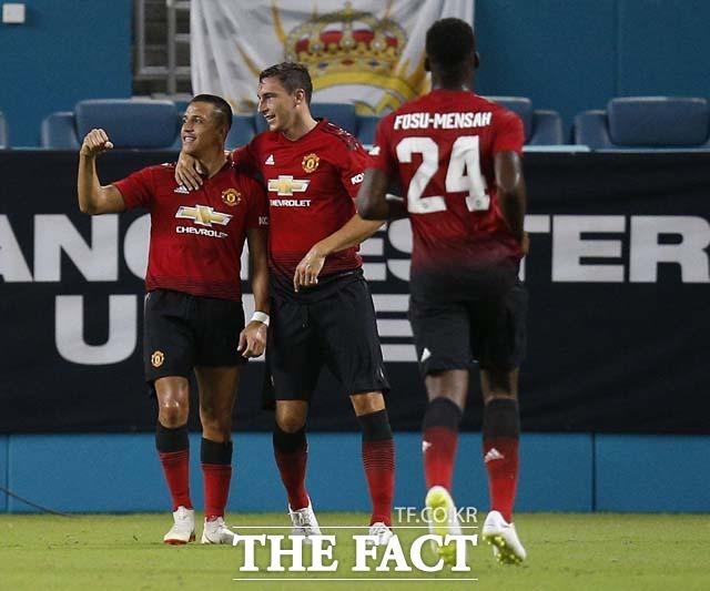 맨유, 레알 잡고 2승째. 알렉시스 산체스(왼쪽)가 맨유-레알 경기에서 선제골을 터뜨린 뒤 기뻐하고 있다. /플로리다(미국)=AP.뉴시스