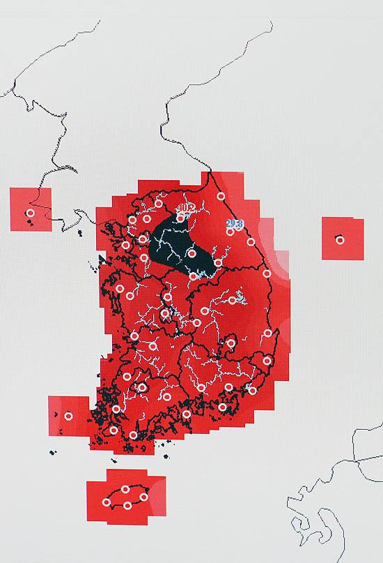 서울 최고 기온이 39.6도를 기록하면서 국내 기상관측 사상 최고치를 기록한 1일 오후 서울 종로구 송월동 공식관측소 내 모니터에 한반도 폭염 상황이 표시되고 있다. 지도상 검은색 부분은 40도를 돌파한 지역을 표시한 것이다. /서울=뉴시스