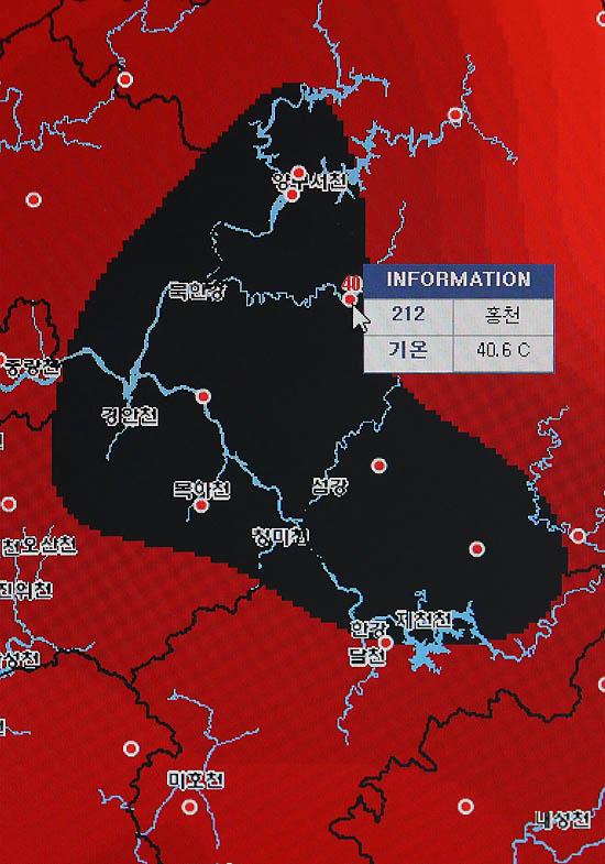 강원도 홍천 최고 기온이 40.6도를 기록하면서 국내 기상관측 사상 최고치를 기록한 1일 오후 서울 종로구 송월동 공식관측소 내 모니터에 홍천군 기온이 표시되고 있다. 지도상 검은색 부분은 40도를 돌파한 지역을 표시한 것이다. /홍천=뉴시스