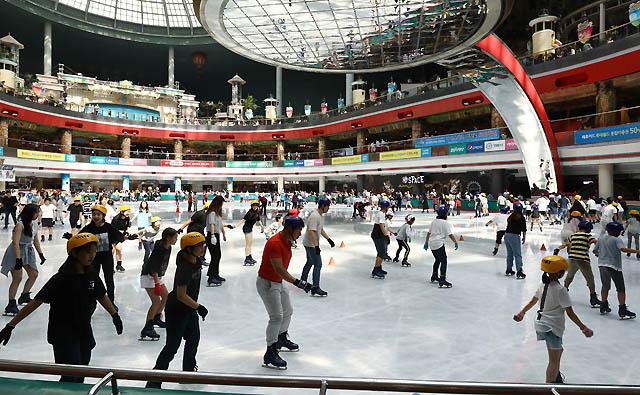 서울의 낮 최고기온이 39도 가까이 올라 기상 관측 이래 111년 만에 가장 더운 날씨를 보인 1일 오후 서울 송파구 롯데월드 아이스링크에서 시민들이 더위를 피하며 스케이트를 즐기고 있다. /서울=뉴시스