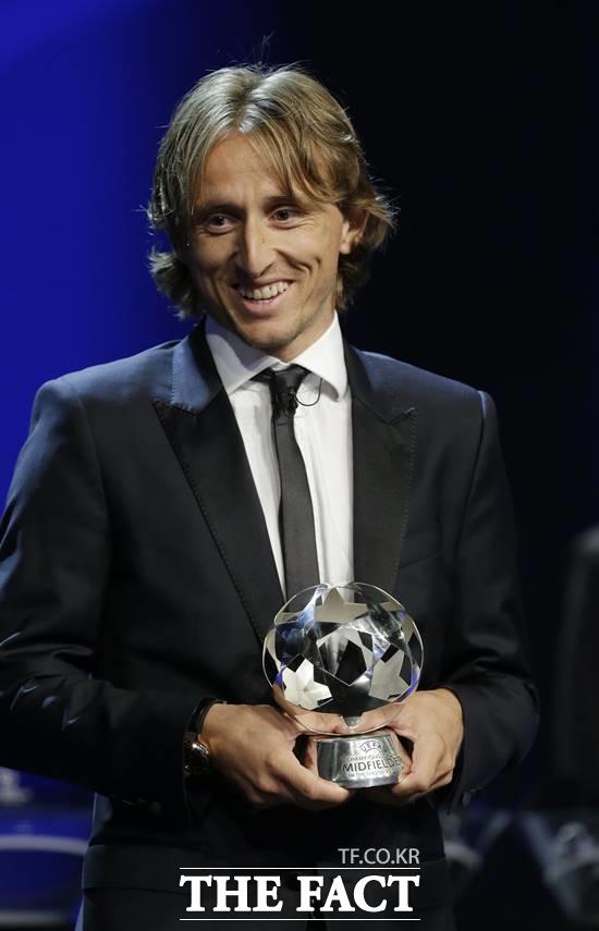 올해의 선수 루카 모드리치. 크로아티아 출신 루카 모드리치가 UEFA 올해의 선수상을 수상하며 기쁨의 미소를 짓고 있다. /모나코(모나코)=AP. 뉴시스
