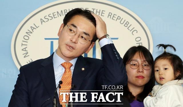 박 의원은 지난 5일 국회에서 시민단체들과 기자회견을 열고 박용진 3법은 가장 상식적인 최소한의 기준에 지나지 않는다며 법안 통과를 호소했다. 박 의원이 당시 박용진3법 관련 기자회견 중 한국당과의 합의 상황을 설명하며 머리를 쓸어올리는 모습. /뉴시스