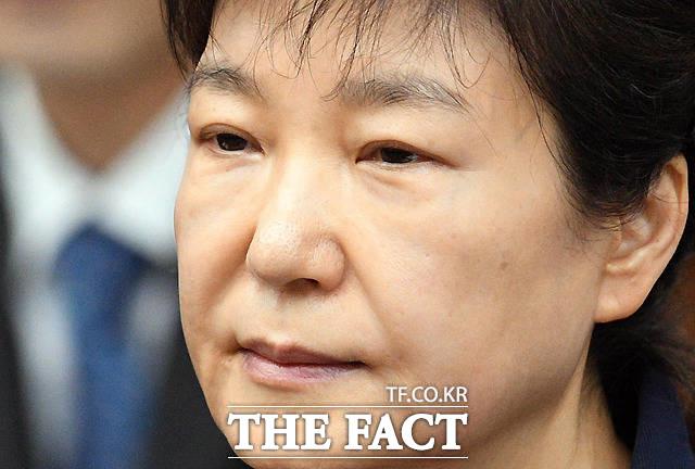 최근 구치소에 수감 중인 박근혜 전 대통령이 석방될 것이라는 주장이 제기되고 있다. 박 전 대통령이 지난 4월 서울중앙지법 417호 대법정에서 재판 시작을 기다리는 모습. /사진공동취재단