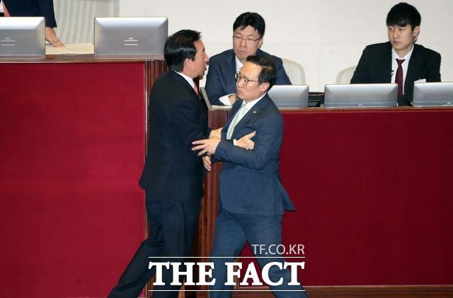 김 전 원내대표와 홍 원내대표는 그간 다투다가도 어느새 서로를 격려하는 애증의 관계를 보였다. 두 사람이 지난 10월4일 오전 국회 본회의장에서 열린 대정부질문에서 몸싸움을 벌이는 모습. /뉴시스