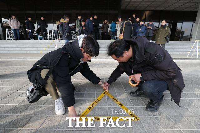 양 전 대법원장 측은 앞서 검찰 포토라인에 서지 않겠다고 밝혔다. 취재진이 10일 오후 서울중앙지검 청사 앞에 포토라인을 설치하는 모습. /뉴시스