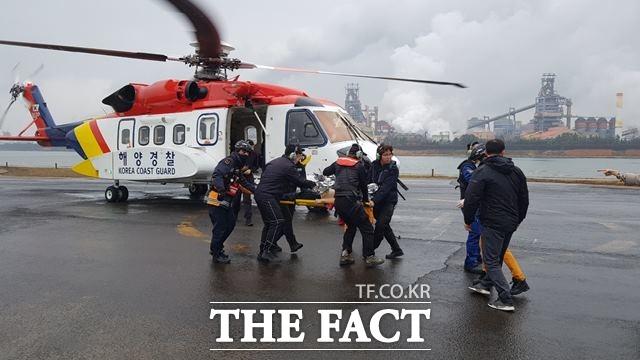 12일 새벽 경북 포항 앞바다에서 한 어선에 불이나 선원 6명 가운데 3명이 최초 구조됐고, 실종된 3명 가운데 2명이 추후 발견됐으나 사망했다. /포항=뉴시스