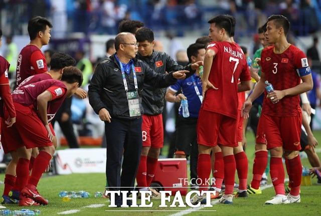 베트남 대표팀을 이끌고 있는 박항서 감독(가운데)이 20일 오후 아랍에미리트 두바이 알막툼 스타디움에서 열린 2019 AFC 아시안컵 16강전 요르단과 연장에 돌입하기에 앞서 선수들에게 작전을 지시하고 있다./두바이=뉴시스