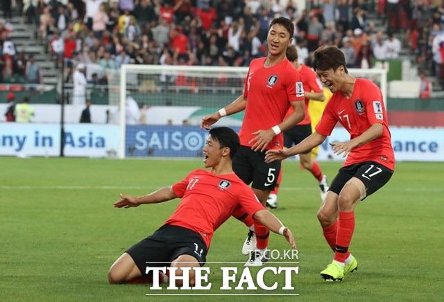 한국의 황희찬이 22일 2019아시안컵 16강 바레인전 전반 선제골을 기록한 뒤 세리머니를 펼치고 있다./두바이=뉴시스