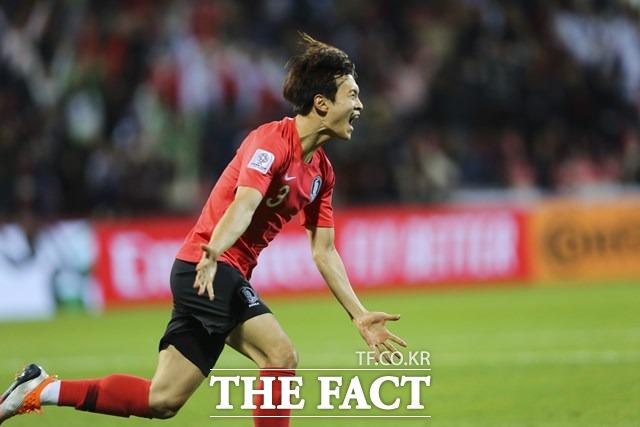 한국의 레프트백 김진수가 22일 바레인과 2019 아시안컵 16강전 연장 전반 결승골을 터뜨린 뒤 환호하고 있다./두바이=뉴시스