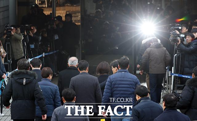 양 전 대법원장이 23일 영장실질심사를 받기 위해 서울중앙지법에 출석한 모습. 수십 대의 카메라가 양 전 대법원장을 향해 있다. /뉴시스