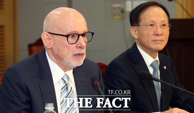 미국 북한 전문 매체 38노스 조엘 위트 대표가 국회를 방문해 북핵문제에 대해 논의했다. 사진은 위트 대표(왼쪽)와 이수혁 더불어민주당 의원. /뉴시스