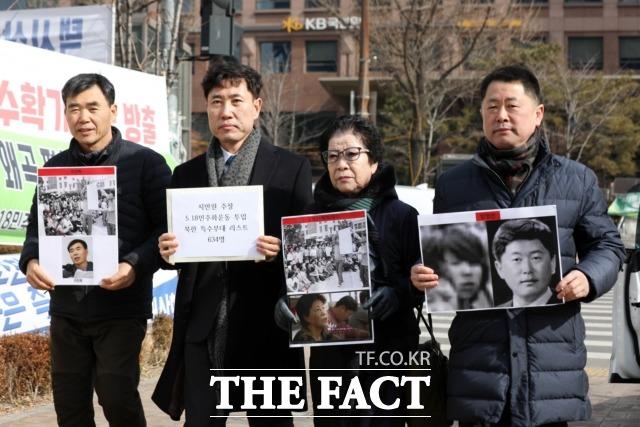 하태경 바른미래당 의원(왼쪽 두 번째) 지난 18일 오전 국회 앞 5·18 천막농성장 앞에서 지만원 피해자 대책위원회, 5·18 단체장과 함께 기자회견에 나서기도 했다. /뉴시스