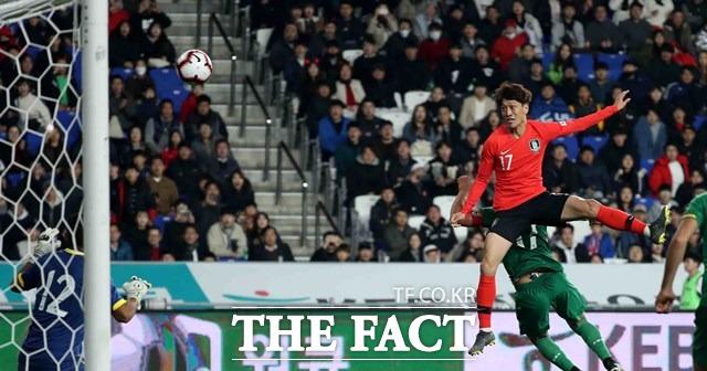 한국 이청용이 22일 울산문수경기장에서 벌어진 볼리비아와 평가전에서 후반 헤딩 결승골을 작렬하고 있다./울산=뉴시스